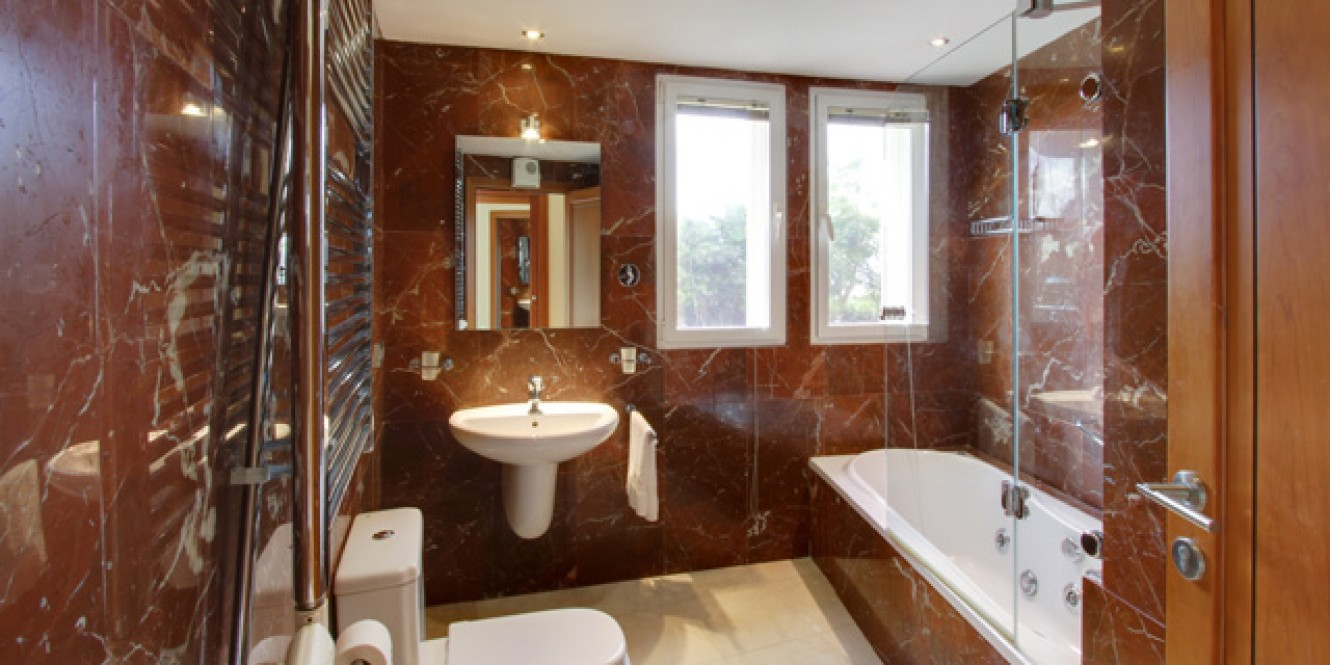 21. En suite bathroom 6