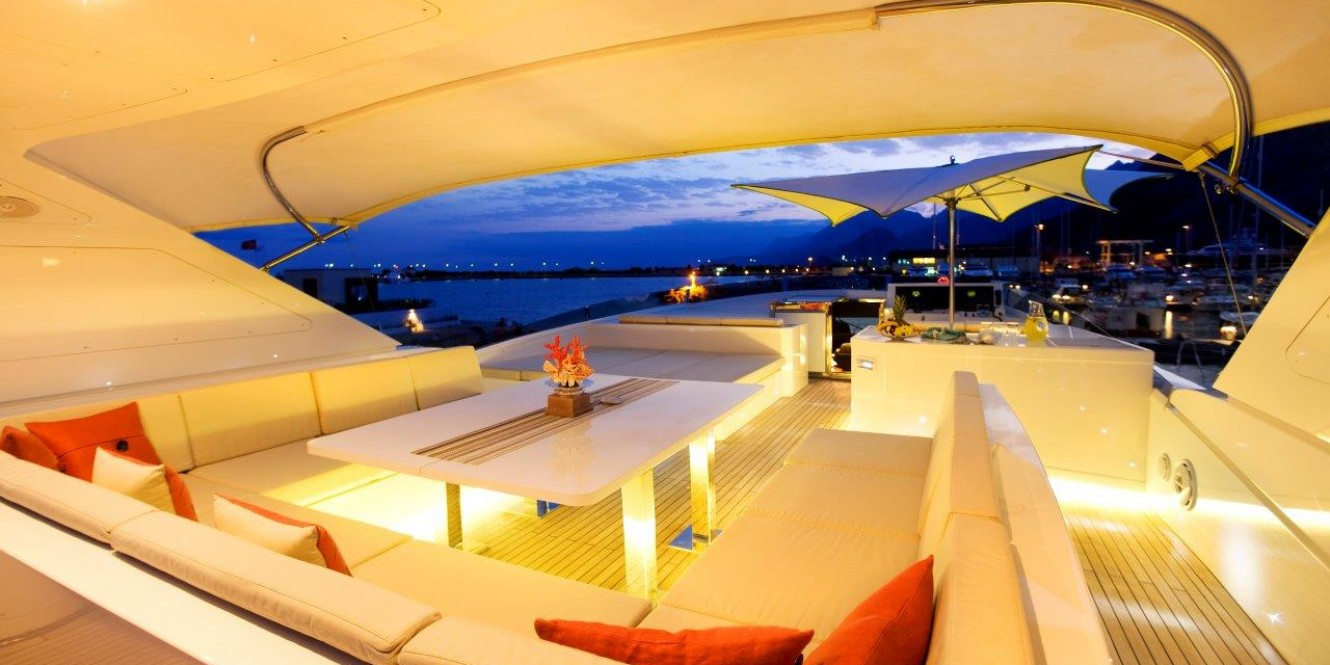 Motoryacht Sunkiss 22 Flybridge at night